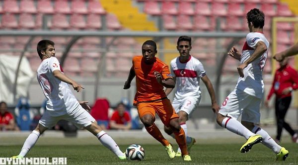 Steven Bergwijn of the Netherlands and Bahadir Ciloglu of Turkey during their UEFA European Under-17 Championship Group A match